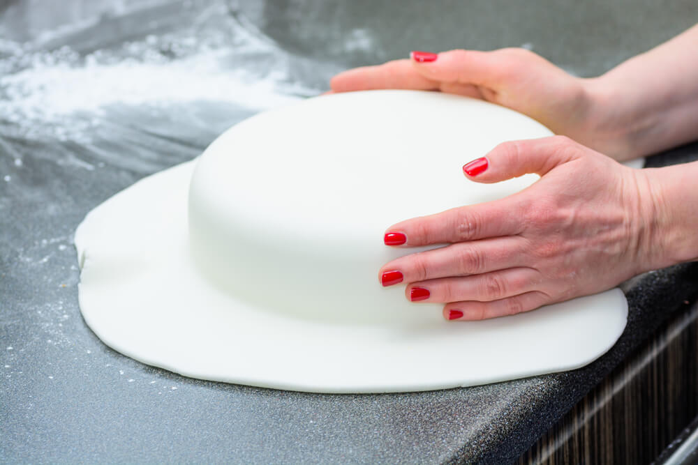 Molding Icing Around a Fresh Cake